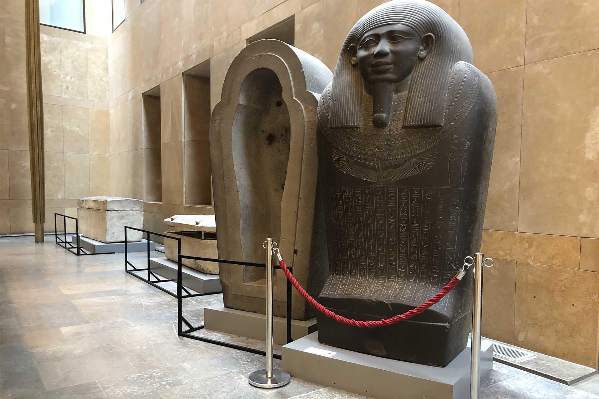De oude opstelling met vier losse sokkels voor de drie sarcofagen.