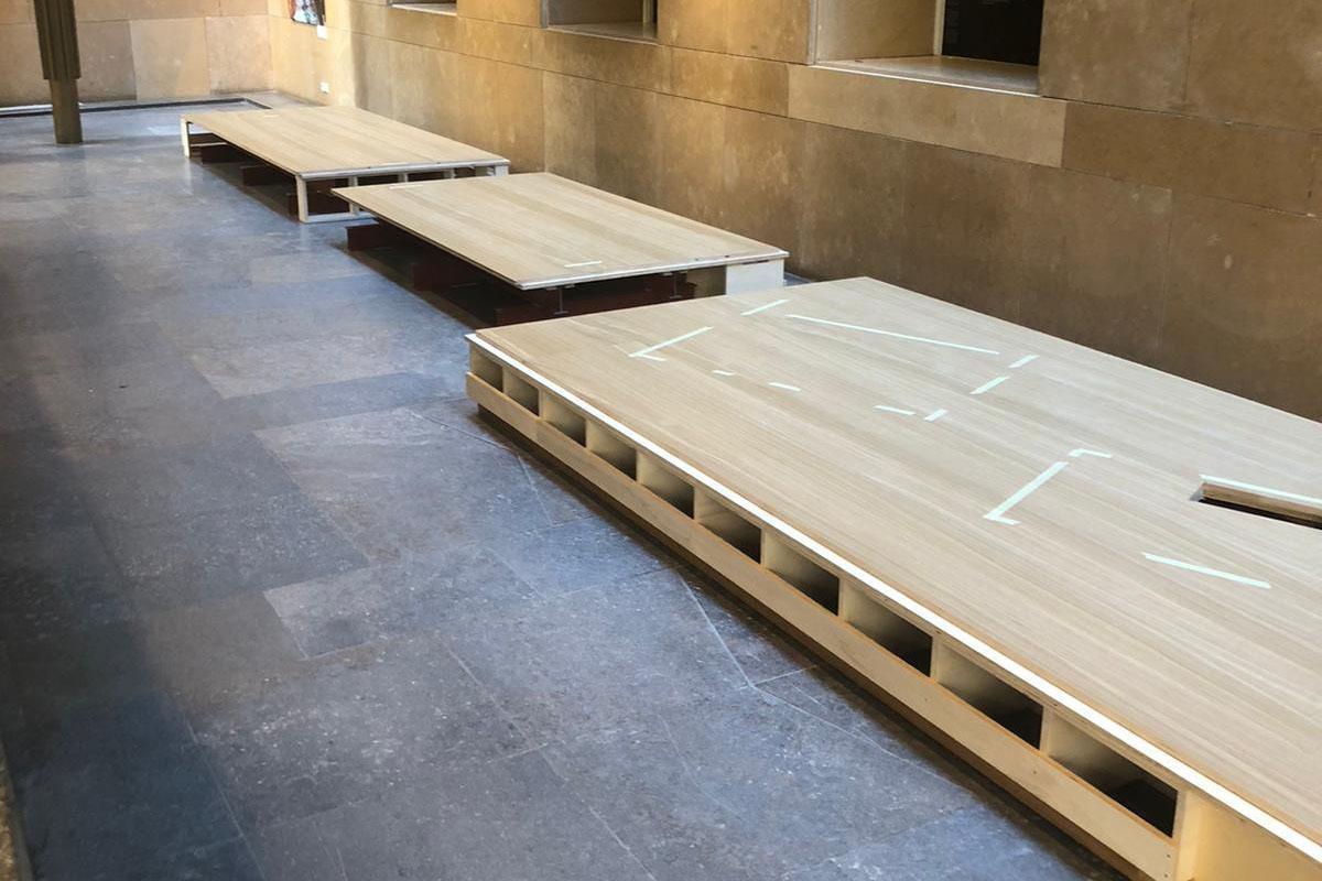 Om de sarcofagen terug te plaatsen moet er weer ruimte rondom de podium delen gecreëerd worden.